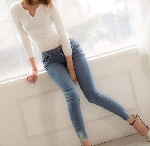 牛仔裤显瘦穿搭很迷人:牛仔裤出街提臀瘦腿魅力十足
