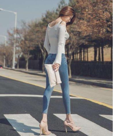女人穿紧身系列衣服:紧身上衣搭配贴身牛仔裤真好看