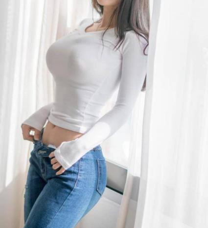 女人白色T恤紧身效果好:有品位的女人气质出众