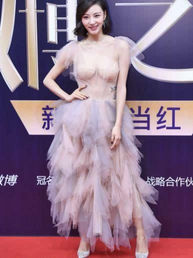 陈雅婷裸色长裙成功抢镜:有人吐槽有人赞美(图)