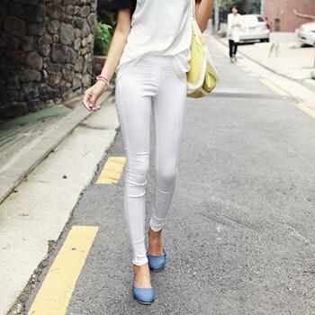 女穿白色紧身裤的正面:紧身裤显高显瘦倍受女人喜爱