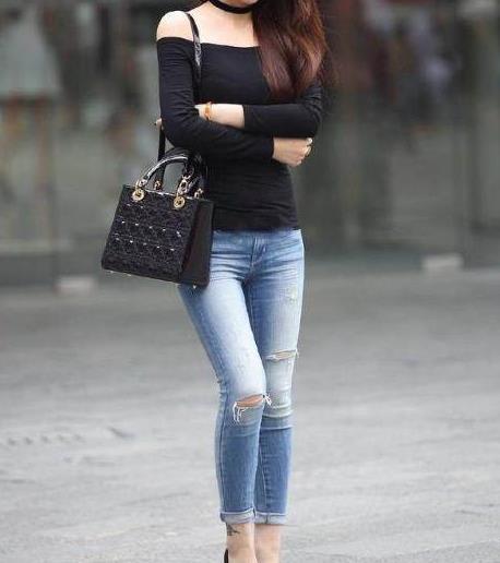 穿紧身牛仔裤的美女:这身材简约大气百搭女神范