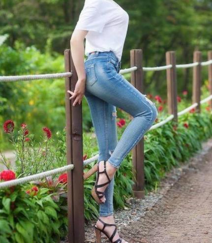 2018出街一条紧身牛仔裤:气质时尚型美女(图)