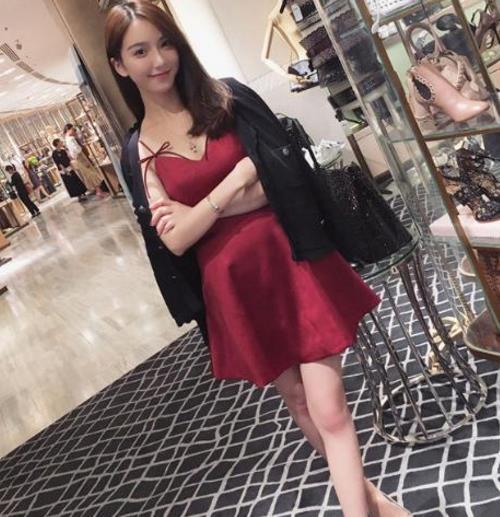 蕾丝镂空连衣裙搭配展现性感曼妙身姿(图)