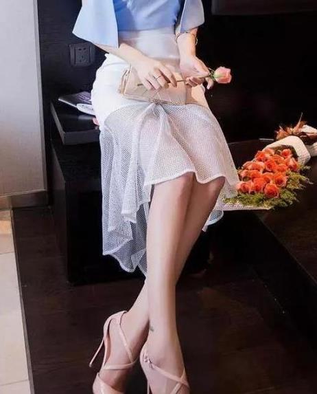 春季穿上蕾丝吊带裙再搭配高跟鞋,柔美女人味