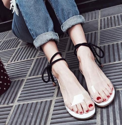 显高又时尚的水晶凉鞋 尽显白嫩透亮双足(图)