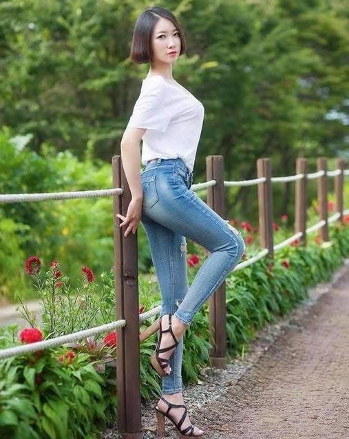 一条合身紧身牛仔裤凸显身段啊:大气优雅魅力十足