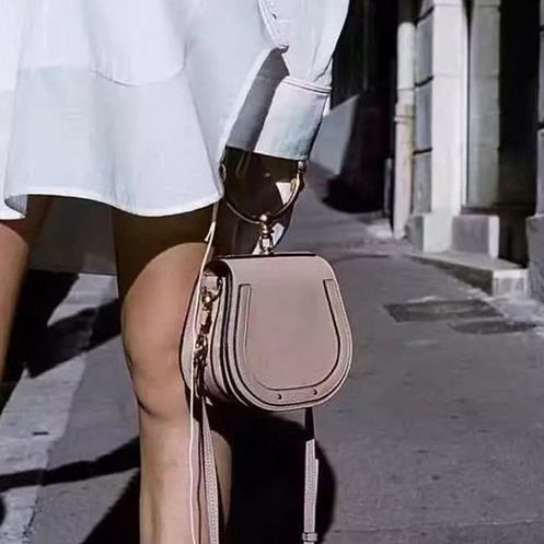 春季踏青流行这几款小包 拿着方便背着轻松