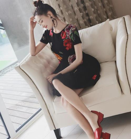 凸显性感小蛮腰的蕾丝连衣裙搭配示范(图)
