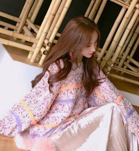 格子毛呢半身裙搭配衬衫:时尚文艺范儿