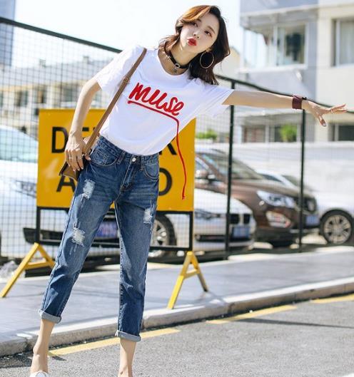 流苏毛边喇叭裤搭配小白鞋:打造春日青春活力