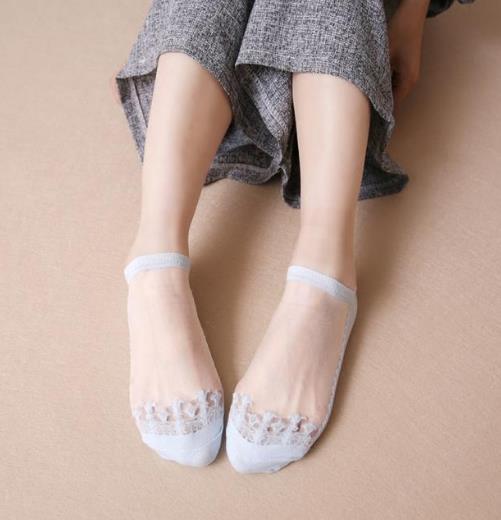 玻璃水晶丝袜搭配小白鞋:百搭又性感