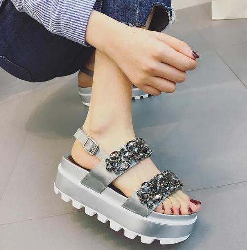 今夏最流行的时尚凉鞋 分分钟魅力直升