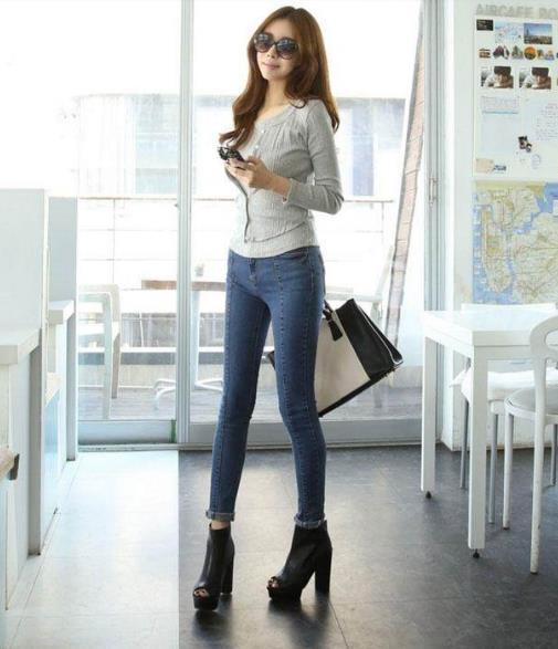 紧身裤美女时尚穿搭:妹子气质出众不是一般的美