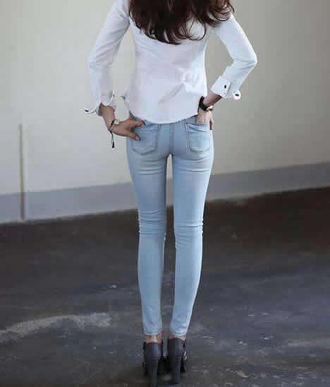 简约百搭时尚牛仔紧身裤:妹子穿上身材就是好