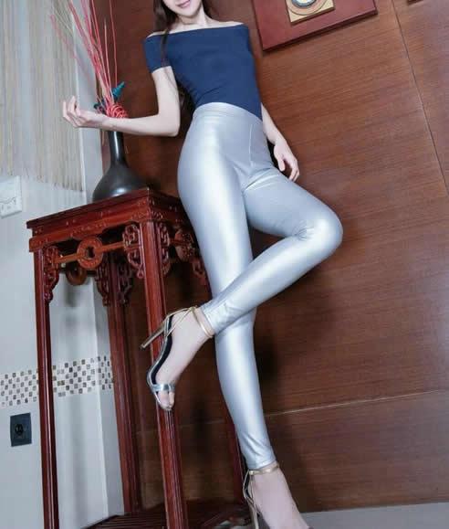 时尚精致紧身裤简单搭配:轻轻踮起脚尖身材一览无余