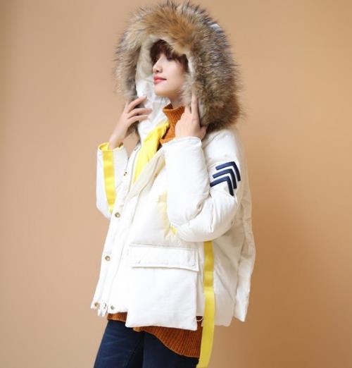 流苏连帽短款羽绒服搭配小脚裤:时尚减龄(图)