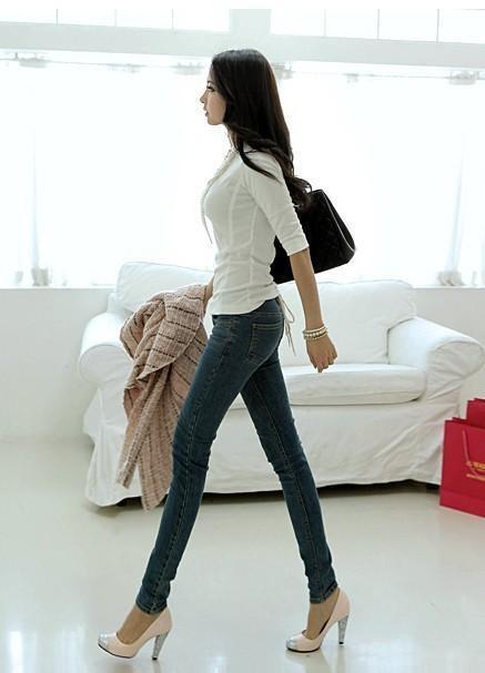 紧身裤的简单搭配:衬托妹子修长腿部曲线