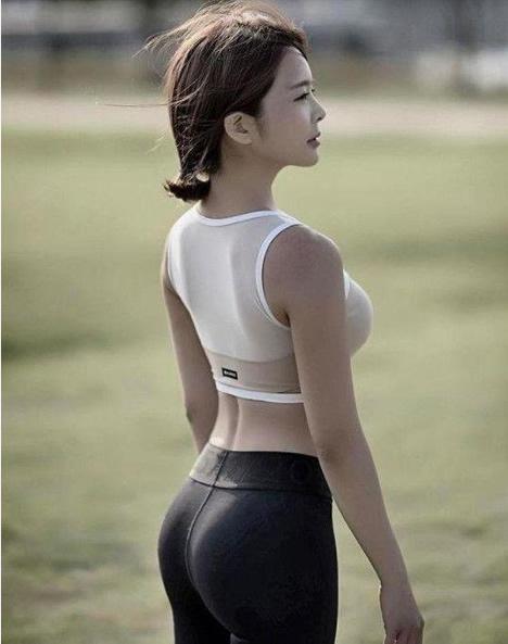 紧身裤尽显窈窕好身材:紧身裤妹子别具特色的美
